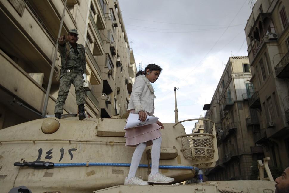 Women of the Egyptian Revolution (Mädchen auf einem Panzer)