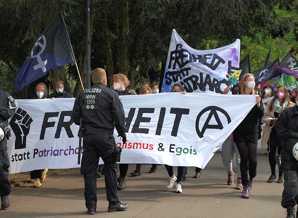 Die Demonstration verlässt den Westpark