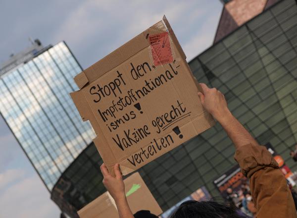 Während der Zwischenkundgebung gegenüber dem Hauptbahnhof